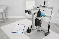 Ögon- skuren upp lampa på barns doktor arkivbilder