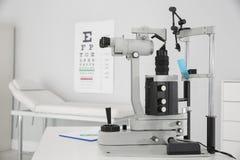 Ögon- skuren upp lampa på doktorskontoret royaltyfria foton