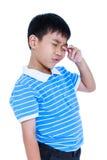 Ögon smärtar Asiatiskt barnlidande från eyestrain Isolerat på whi royaltyfri bild