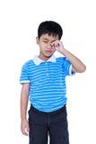 Ögon smärtar Asiatiskt barnlidande från eyestrain Isolerat på whi arkivbilder