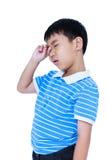 Ögon smärtar Asiatiskt barnlidande från eyestrain Isolerat på whi royaltyfri fotografi