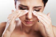 Ögon smärtar den härliga olyckliga kvinnan som lidande från starkt öga smärtar Closeupstående av en ledsen kvinnlig känslaspännin royaltyfria bilder