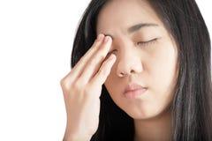 Ögon smärtar och ögonbelastning i en kvinna som isoleras på vit bakgrund Snabb bana på vit bakgrund arkivfoton