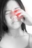 Ögon smärtar och ögonbelastning i en kvinna som isoleras på vit bakgrund Snabb bana på vit bakgrund Arkivbilder
