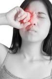 Ögon smärtar och ögonbelastning i en kvinna som isoleras på vit bakgrund Snabb bana på vit bakgrund Arkivbild