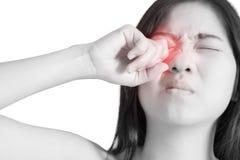 Ögon smärtar och ögonbelastning i en kvinna som isoleras på vit bakgrund Snabb bana på vit bakgrund royaltyfri foto