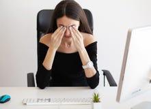 Ögon smärtar Trött kvinna som trycker på henne ögon arkivfoton