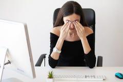 Ögon smärtar Trött kvinna som trycker på henne ögon royaltyfria foton