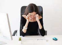 Ögon smärtar Trött kvinna som trycker på henne ögon arkivbilder