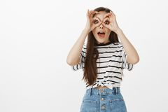 Ögon som poppar ut ur huvudet från häpnad Upphetsad nyfiken härlig europeisk kvinna i grov bomullstvillkjolen som rymmer ok tecke royaltyfri fotografi