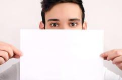 Ögon som ser över ett stycke av papper. arkivbilder
