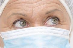 Ögon stänger sig upp medicinsk sjuksköterska royaltyfri fotografi
