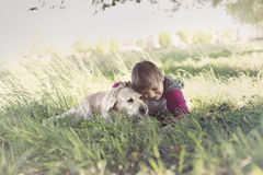 Ögonblick av förälskelse mellan en pojke och hans hund Royaltyfria Bilder