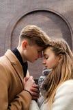 Ögonblick för sinnliga känslor för kram för par mjuka riktiga Royaltyfri Bild
