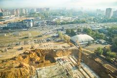 Ögonblicket av konstruktion, gräva av ett dike med grävskopor, lägga för fundament royaltyfri foto
