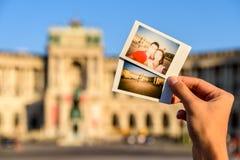 Ögonblickliga foto av lyckliga par på den Hofburg slotten Arkivfoto
