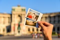Ögonblickliga foto av lyckliga par på den Hofburg slotten Arkivbilder