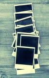 Ögonblickliga fotoramar för Retro stil på träbakgrund Fotografering för Bildbyråer