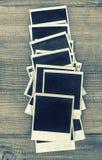 Ögonblickliga fotoramar för Retro stil på träbakgrund Tappning t Royaltyfria Bilder