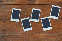 Ögonblickliga fotoramar med kopieringsutrymme på trä Fotografering för Bildbyråer