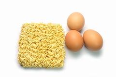 Ögonblickliga nudlar och ägg som isoleras på vit bakgrund Arkivfoto