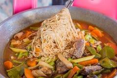 Ögonblickliga nudlar som lagar mat med den på burk fisken Royaltyfria Foton