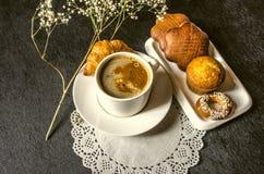 Ögonblickligt kaffe i den vita koppen med kex på den vita plattan på en openwork servettkekskofvet Royaltyfria Foton