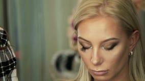 Ögonfrans för pinnar för konstnär för skönhetsalongmakeup till blonda ögon lager videofilmer