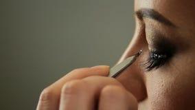 Ögonfrans för pinnar för konstnär för skönhetsalongmakeup till blonda ögon arkivfilmer
