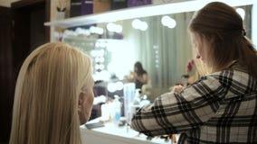 Ögonfrans för pinnar för konstnär för skönhetsalongmakeup till blonda ögon stock video