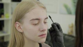 Ögonfrans som färgar processen som förbereder ögonfrans för att färga arkivfilmer