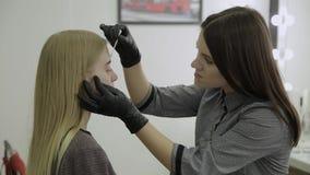 Ögonfrans som färgar processen som förbereder ögonfrans för att färga stock video