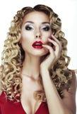 Ögonkast. Fräsa. Sexig ljus blondin med lockigt hår. Röda sinnliga kanter Arkivbilder