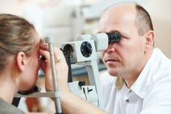 Ögonläkare- eller optometrikeroptiker på arbete Royaltyfria Bilder