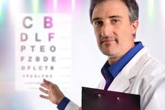 Ögonläkare som visar ett bräde av bokstäver royaltyfria foton