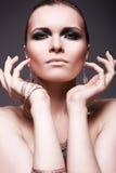 ögonmodelyx gör den rökiga övre kvinnan Arkivfoto