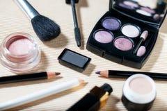 Ögonskuggapalett, krönpulver, abc-bok, ögonblyertspennor och läppstift Royaltyfria Bilder