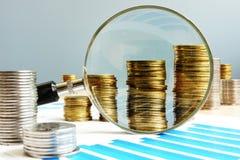 Öka vinst kontrollera finanser Finansiell revision royaltyfri fotografi