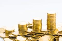 Ökande kolonner av mynt, högar av guld- mynt som är ordnade som ett G Arkivbild
