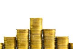 Ökande kolonner av mynt, högar av guld- mynt som är ordnade som ett G Royaltyfria Foton