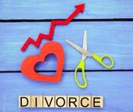 Ökande skilsmässahastigheter problem av den moderna åldern `en för inskrift`-skilsmässa och den röda övre pilen Saxsnitthjärta br royaltyfria foton