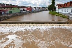 Ökande vattennivå i staden, Tjeckien fotografering för bildbyråer