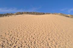 Öken berg, sand på en solig dag Royaltyfria Bilder