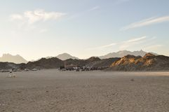 Öken berg, sand på en solig dag Royaltyfria Foton