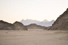 Öken berg, sand på en solig dag Arkivfoton