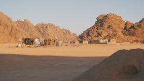 Öken i Egypten, sand, berg och beduinbosättningar arkivfilmer