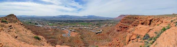 Öken- och stadspanoramautsikter från att fotvandra skuggar runt om St George Utah runt om Beck Hill, Chuckwalla, sköldpaddaväggen Royaltyfria Bilder
