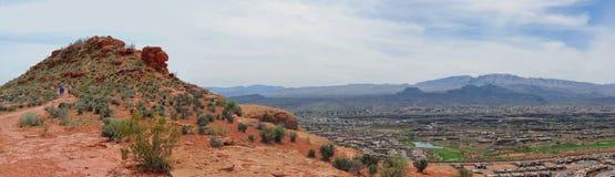 Öken- och stadspanoramautsikter från att fotvandra skuggar runt om St George Utah runt om Beck Hill, Chuckwalla, sköldpaddaväggen Royaltyfri Fotografi