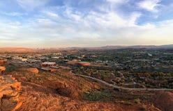 Öken- och stadspanoramautsikter från att fotvandra skuggar runt om St George Utah runt om Beck Hill, Chuckwalla, sköldpaddaväggen Arkivfoto