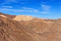 Ökenberg med blå himmel Arkivbilder